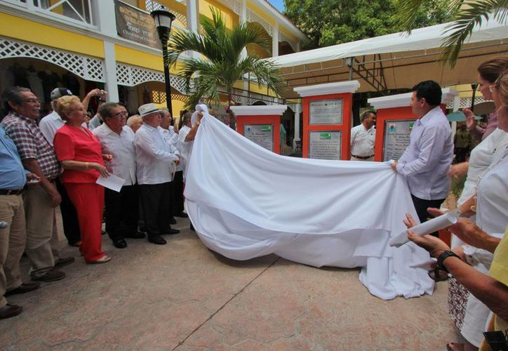 """Autoridades y ex alumnos develaron ayer la placa conmemorativa de los 60 años de la Secundaria por Cooperación """"Doctor Gabino Barreda"""". (Gustavo Villegas/SIPSE)"""