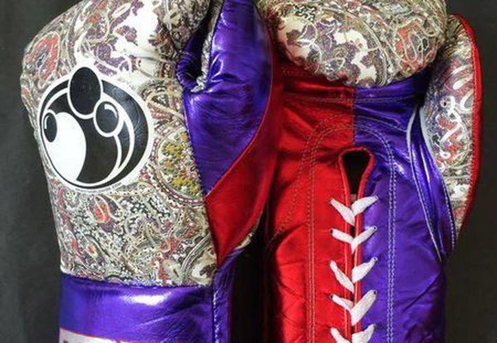 Estos son los guantes con los que el invicto norteamericano Floyd Mayweather enfrentará en Las Vegas al filipino Manny Pacquiao. TBE significa The Best Ever. (Twitter)
