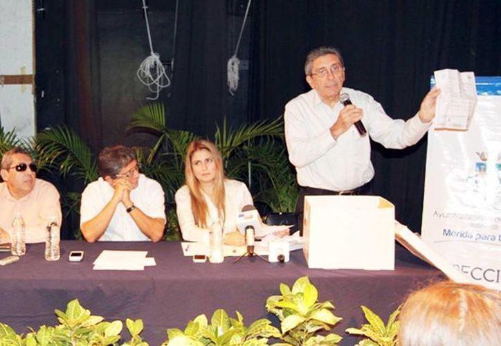 En rueda de prensa, el Ayuntamiento de Mérida presentó el nombre del ganador del Premio Internacional de Poesía Ciudad de Mérida 2014, quien recibirá 70 mil pesos como premio. (Milenio Novedades)