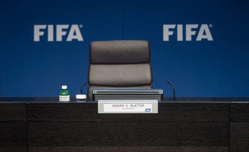 Las elecciones para ocupar el puesto de Joseph Blatter como presidente de la FIFA se realizarán el próximo 26 de febrero, mientras tanto los candidatos han declinado a participar en el debate que se llevaría a cabo el próximo miércoles. (Archivo AP)