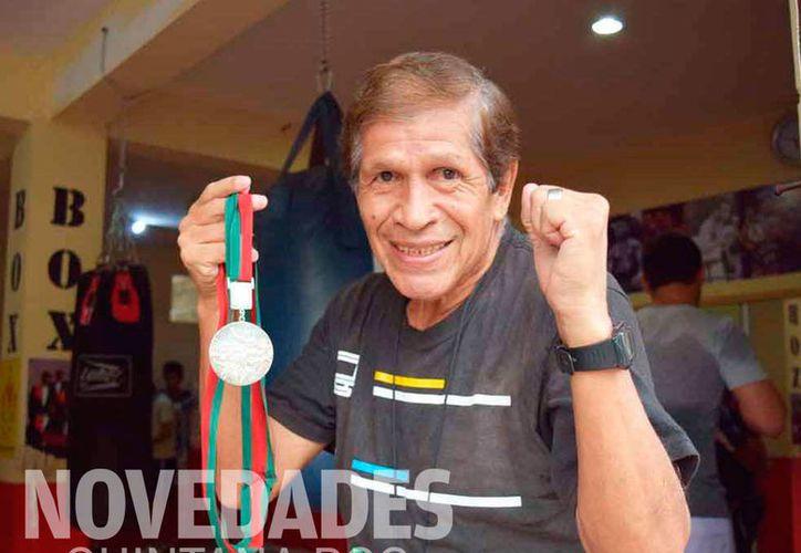 A sus 70 años de edad, Ricardo Delgado Nogales se mantiene en forma, siempre con una actitud positiva ante la vida. (Ángel Villegas/SIPSE)