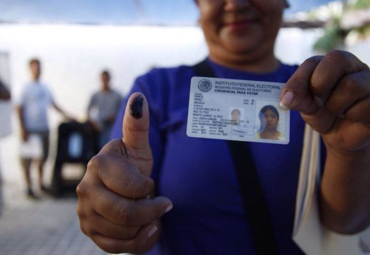 Primera ciudadana en votar en la zona hotelera de Cancún. (Israel Leal/SIPSE)