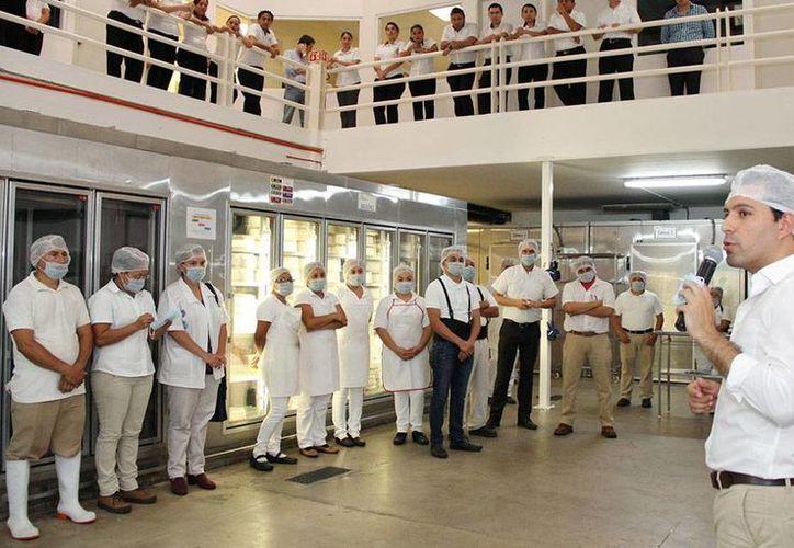 El candidato del PAN a la alcaldía de Mérida visitó ayer una fábrica de pasteles y bocadillos. (Milenio Novedades)