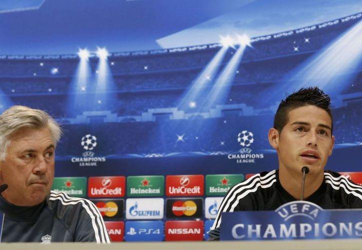 El entrenador del Real Madrid, Carlo Ancelotti, junto con el ofensivo James Rodríguez, en conferencia de prensa correspondiente al partido contra Basilea dentro de la UEFA Champions League. (Foto: AP)