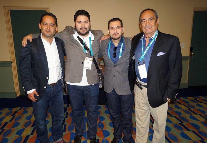 Erick Arellano, propietario de los Leones de Yucatán (segundo de izq. a der.) acompañado de directivos de  la LMB.  (Milenio Novedades)