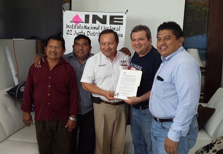 INE entregó ayer constancia a Andrés Ruiz Morcillo. (Harold Alcocer/SIPSE)