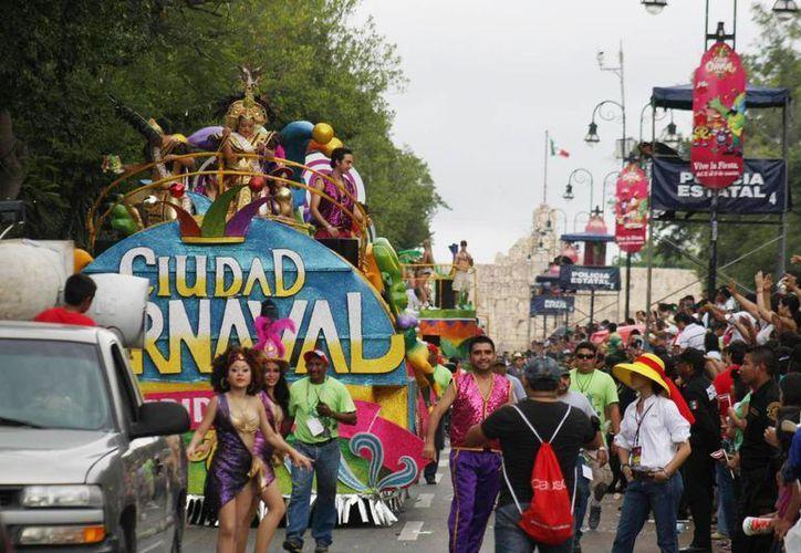 El Carnaval de Mérida cada año impide a los restaurantes abrir sus comercios por seguridad. (Archivo SIPSE)