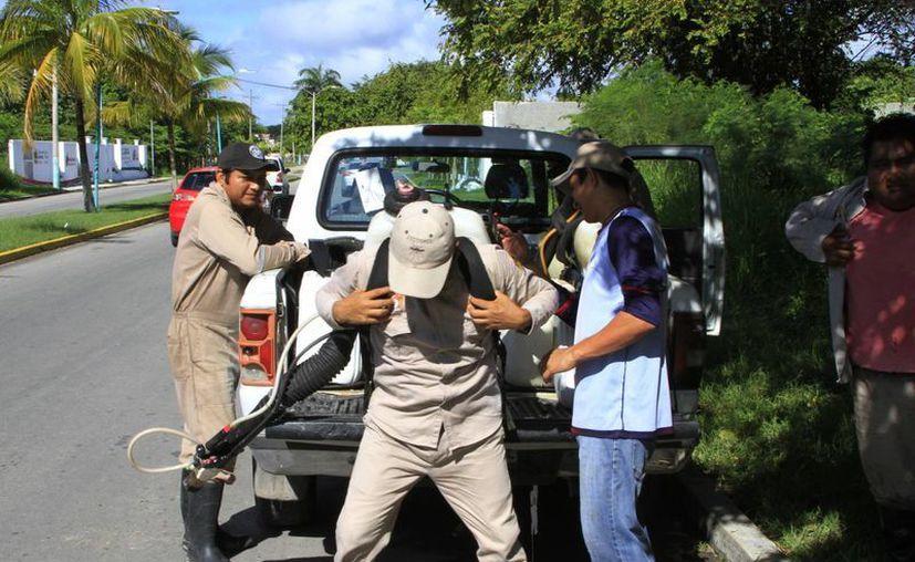 La Secretaría Estatal de Salud continúa con las medidas preventivas contra el zika. (Ángel Castilla/SIPSE)