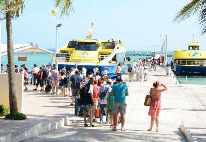 Las embarcaciones con destino a Isla Mujeres transportan en promedio a 17 mil personas desde el Jueves Santo. (Archivo/SIPSE)