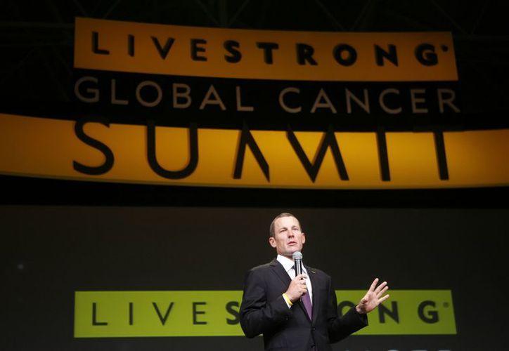Lance Armstrong habla durante la sesión de apertura de la Cumbre Mundial del Cáncer 'Livestrong', en Dublín, Irlanda. (Agencias)