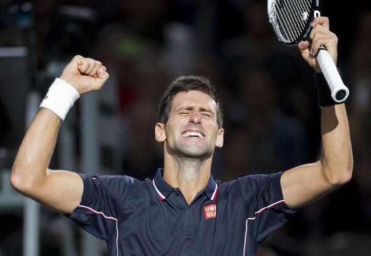 Novak Djokovic extendió su ventaja sobre Roger Federer al imponerse en el torneo de París. (AP)
