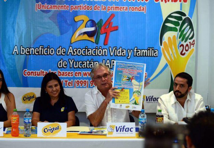 Jorge Robleda hizo la presentación de las Quiniela Mundialista Vifac-Brasil 2014. (Milenio Novedades)
