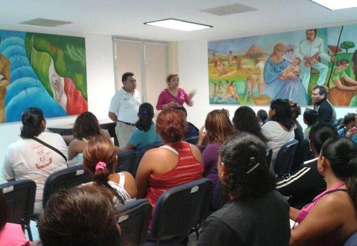 El grupo de padres de familia acordó un plantón indefinido en la SEQ, de no cumplir con sus peticiones. (Teresa Pérez/SIPSE)