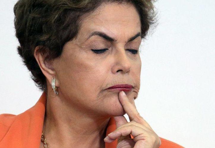 Los reportes indican que se sospecha que Dilma Rousseff intenta desautorizar la investigación relacionada con el caso de corrupción de la compañía Petrobras. (Agencias)