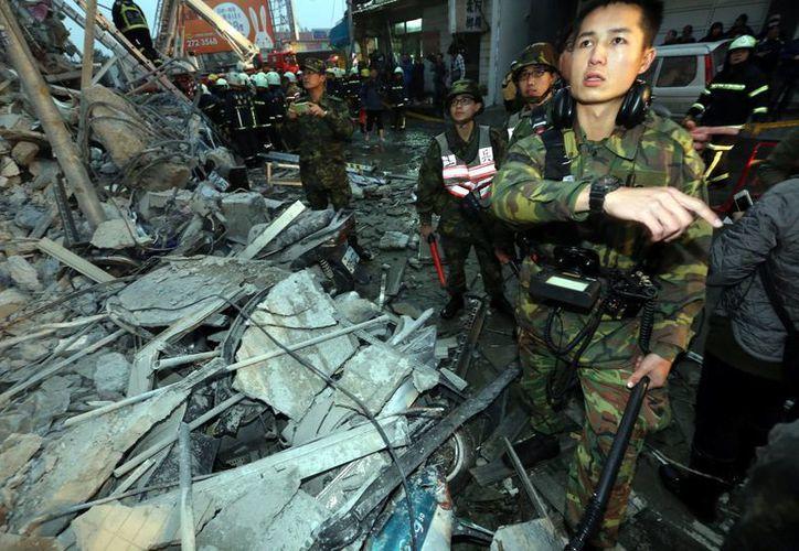 Las autoridades taiwanesas reportan la muerte de un bebé de pocos días de nacido en el derrumbe de un edificio tras el sismo de 6.4 este viernes. (AP)