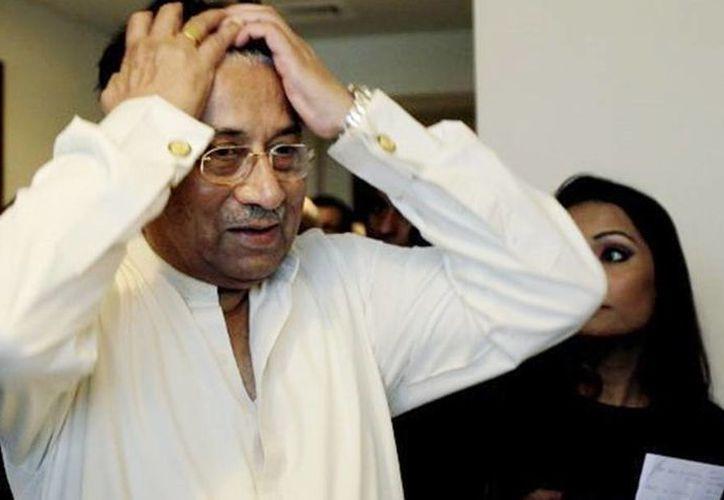 Un tribunal paquistaní emitió una orden de arresto sin fianza contra Pervez Musharraf en un caso relacionado con el asesinato de un jefe de clérigo de una mezquita radical en Islamabad en 2007. (Archivo/AP))