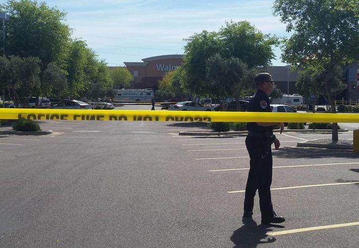 Escena del crimen afuera de una tienda en Chandler, Arizona, donde un hombre abrió fuego contra policías. (AP)