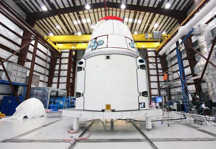 Tecnologías de la Exploración Espacial, o SpaceX, la nave Dragón en un hangar de la Fuerza Aérea de Cabo Cañaveral en Florida, EE.UU. (EFE/Archivo/Fotografía cedida por la NASA)