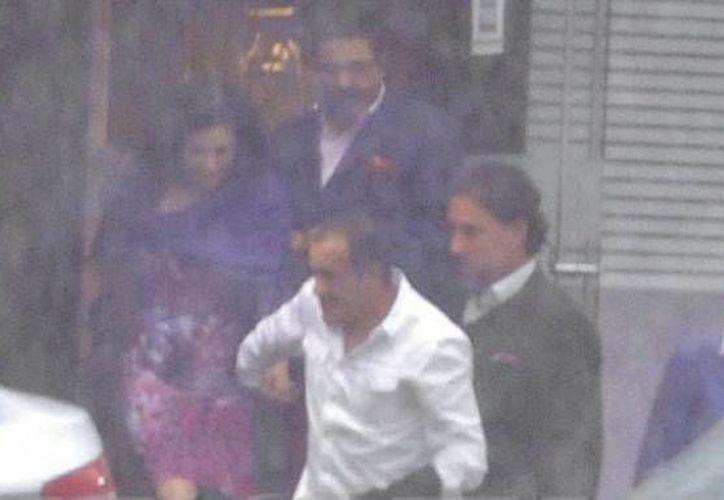 Fotografía de Lourdes Munguía y Cuauhtémoc Blanco tomados de la mano, publicada por la revista TV Notas. (tvnotas.com.mx)