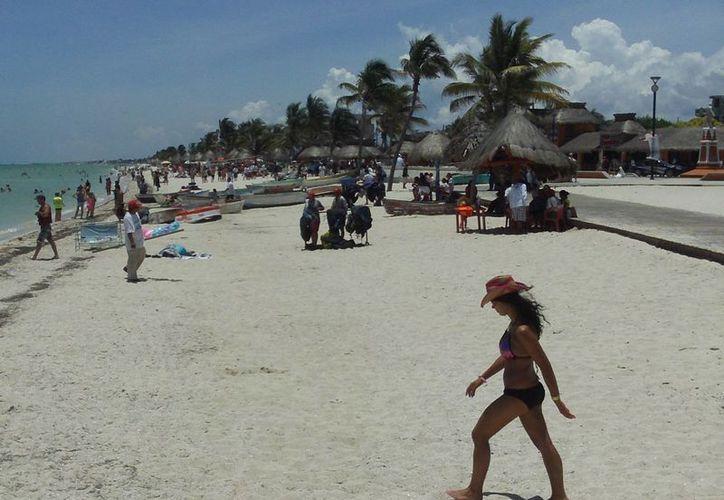 El tiempo cambiante que hizo en Progreso no ahuyentó a los visitantes que acudieron a pasar un buen día de playa. (Manuel Pool/SIPSE)