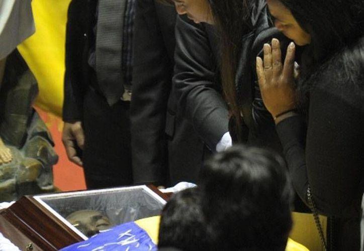 El féretro de Chucho Benítez, ya entre su gente, en Quito, Ecuador. (milenio.com/AFP)