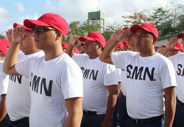 Familiares de los jóvenes acudieron a presenciar la ceremonia realizada en las instalaciones de la Guarnición. (Ivette Ycoz/ SIPSE)