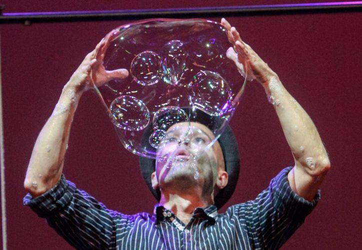 Un espectáculo que fusiona la comedia, el teatro, las artes circenses y la ciencia, y que estará en Cancún. (Alejandra Flores/SIPSE)