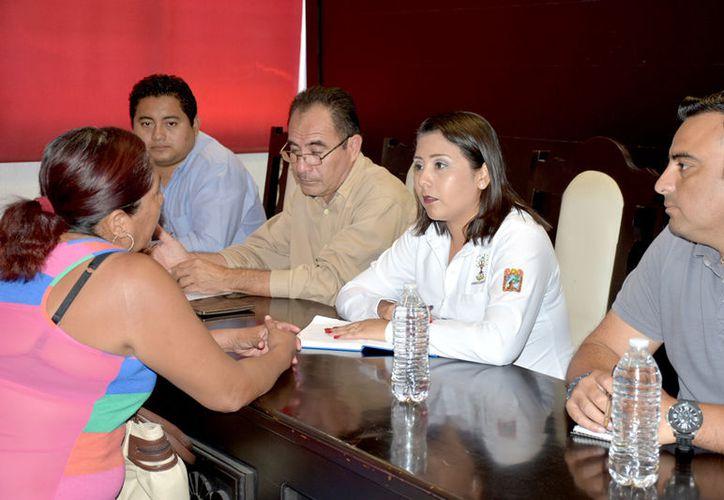 La presidenta municipal, Paoly Perera, entabló coversaciones con ciudadanos, jefas de familias y representantes comunales.  (Foto: Redacción / SIPSE)