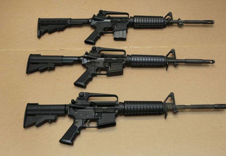 Imagen de rifles de asalto AR-15, como el utilizado por Omar Mateen para matar a 49 personas en un bar gay de Orlando, Florida. (AP)
