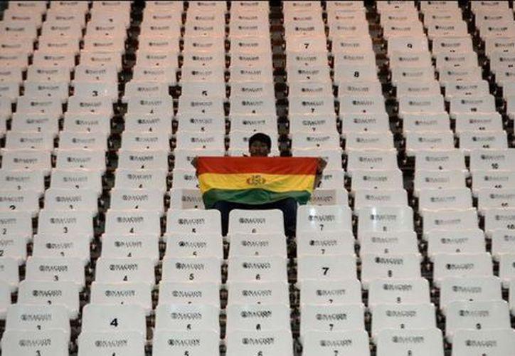 Sólo un aficionado estaba sentado en la gradas de su equipo en Argentina. (Diario Olé)