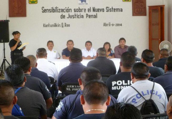 La inauguración se llevó a cabo en la sala de juntas del Ayuntamiento. (Raúl Balam/SIPSE)