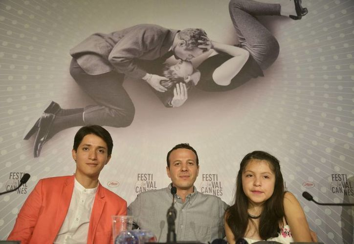 """El director de cine Amat Escalante (centro) y los actores Armando Espitia y Andrea Vergara, protagonistas de la película """"Heli"""". (Archivo/Notimex)"""