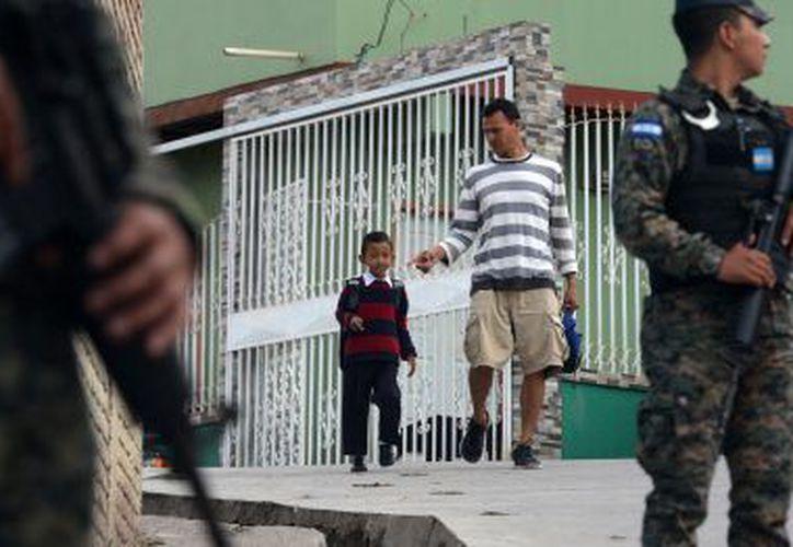 Las clases reanudaron ocho días después del atentado, la escuela aún es sitiada por elementos uniformados. (La Prensa)