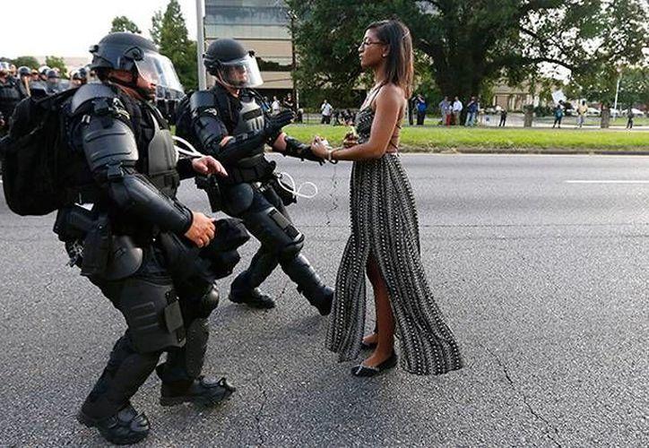 Un fotógrafo de una agencia internacional de noticias captó el momento justo en que policías intentan detener a Leshia Evans, una afromericana que protestaba contra la violencia racial de la policía, en Luisiana, Estados Unidos. (RT/Reuters)