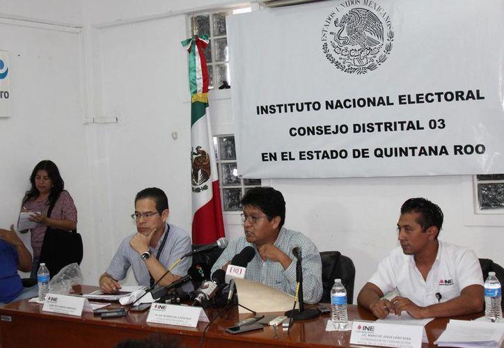 Las autoridades electorales durante una conferencia de prensa en la Junta Distrital 03. (Jesús Tijerina/SIPSE)