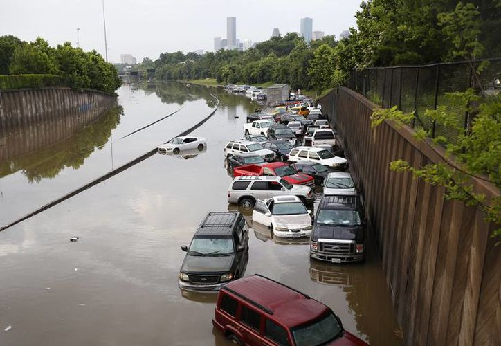 Fotografía de automovilistas varados a lo largo de la carretera de North Main en Houston, después de las tormentas que inundaron la zona.  Las lluvias torrenciales causaron el cierre de algunas partes de las carreteras principales en el área de Houston debido a las crecidas de los ríos. (Cody Deber/Houston Chronicle vía AP)