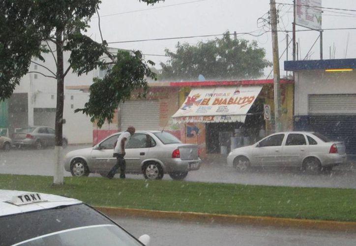 Automovilistas se vieron obligados a reducir su velocidad por las fuertes lluvias. (Harold  Alcocer/SIPSE)