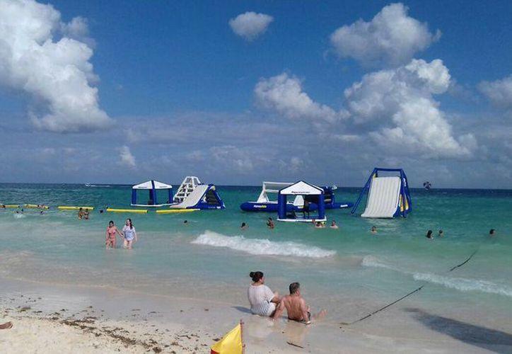 Un conjunto de juegos flotantes se han instalado en la Playa Mamitas, de Playa del Carmen. (Daniel Pacheco/SIPSE)
