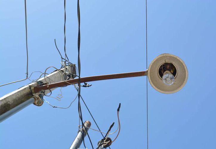 Señalaron que de la avenida principal, solo cambiaron el 30% de las luminarias. (Alejandro Poot/SIPSE)