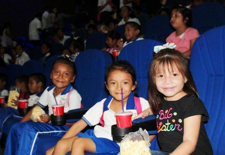 72 infantes de un jardín de niños y una primaria estatal de Dzoncauich disfrutaron de 'Buscando a Dory' en los Cines del Siglo XXI. (Cultur)
