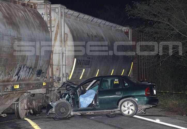 El vehículo compacto se estrelló contra el ferrocarril a la altura del km 13 de la carretera Mérida-Tixkokob. (Martín González/ Milenio Novedades)
