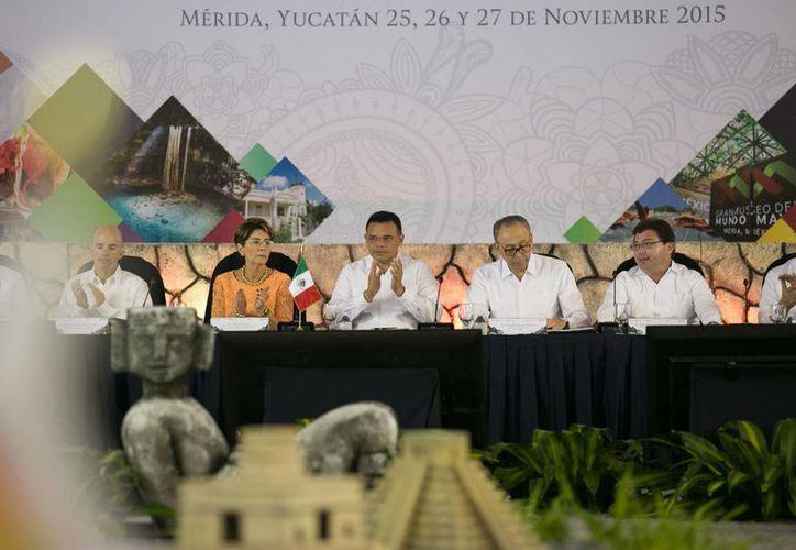 El gobernador Rolando Zapata (c)  inauguró los trabajos de la XII reunión ordinaria del Consejo Nacional de Salud. (SIPSE)
