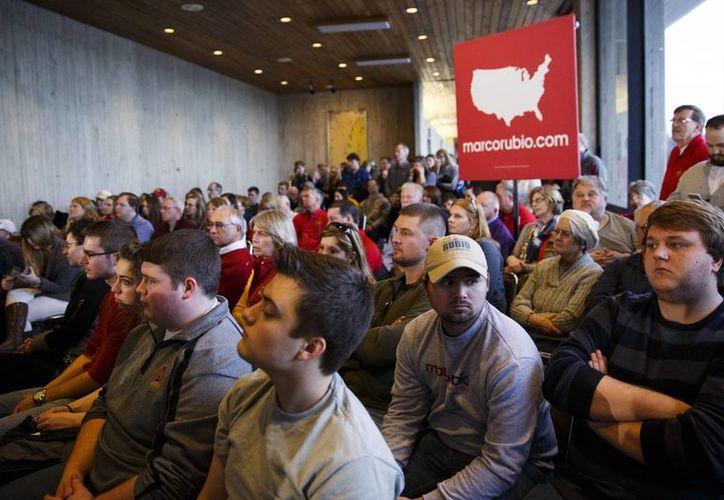 Estudiantes y potenciales votantes escuchan al precandidato republicano Marco Rubio hablar durante un acto de campaña en la Universidad de Iowa. (EFE)
