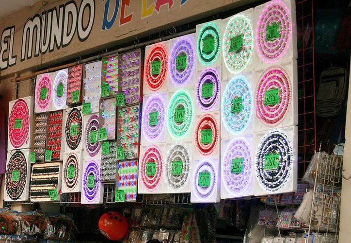 A plena luz del día se ofertan series de focos navideños, muchos de ellos ilegales por las calles de Mérida. (Milenio Novedades)
