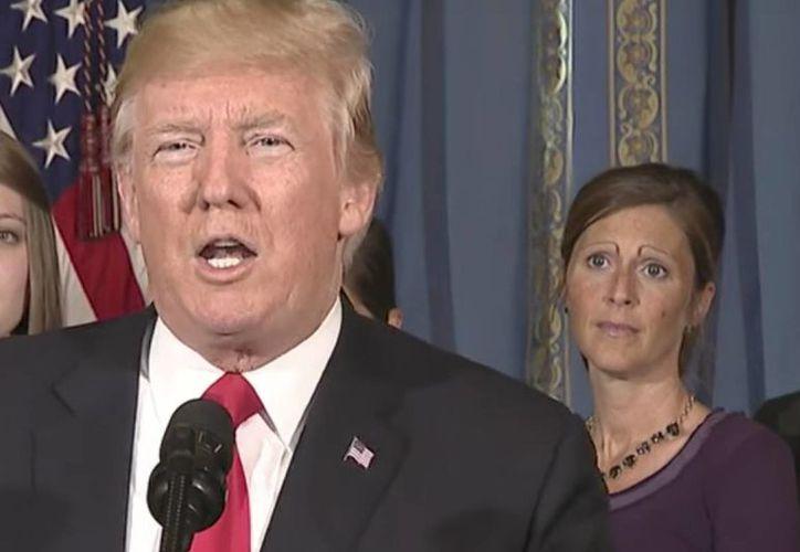Según usuarios, la forma de las cejas era consecuencia de la ley de salud del anterior presidente Obama. (Foto: Captura del video)