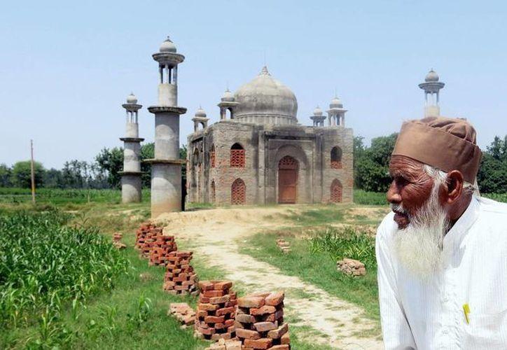 Faizul Hasan Quadri, de 80 años, frente al mausoleo que construye con una forma similar al Taj Mahal. (EFE)