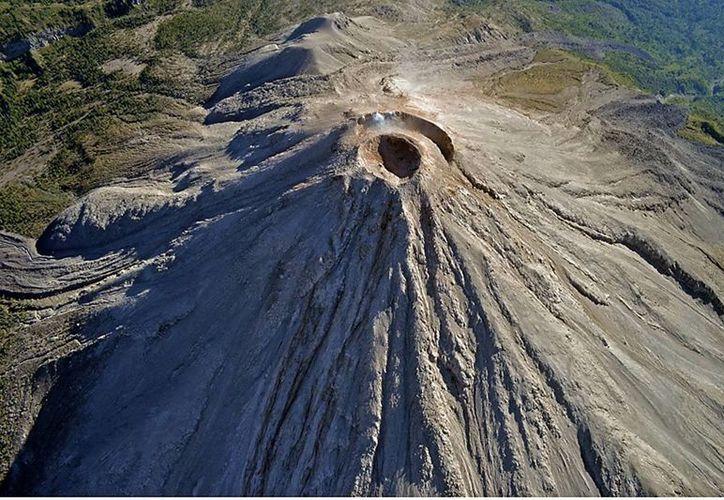 Tras un sobrevuelo de observación del cono del Volcán de Colima para obtener material fotográfico para su análisis científico. (Archivo Notimex)