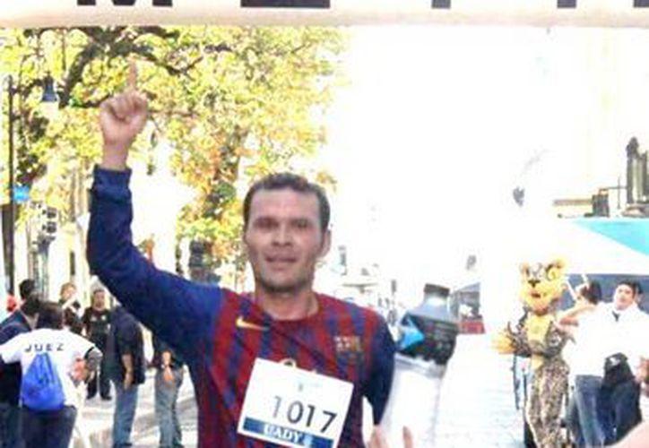 Enrique Cerón se quedó con el primer lugar varonil en la Carrera por el Aniversario 92 de la UADY. (Milenio Novedades)