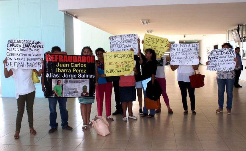 Unas 150 personas se quejan de una agencia de viajes que las defraudó. Ayer realizaron una protesta. (Milenio Novedades)