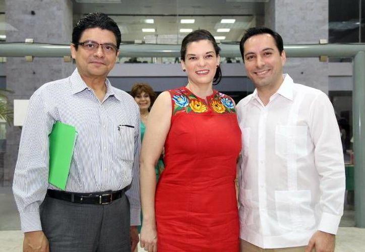 Jorge Victoria Maldonado, la autora Adriana Trejo Martínez y Mauricio Vila Dosal durante la presentación del libro 'Prevención de la violencia intrafamiliar'. (Milenio Novedades)